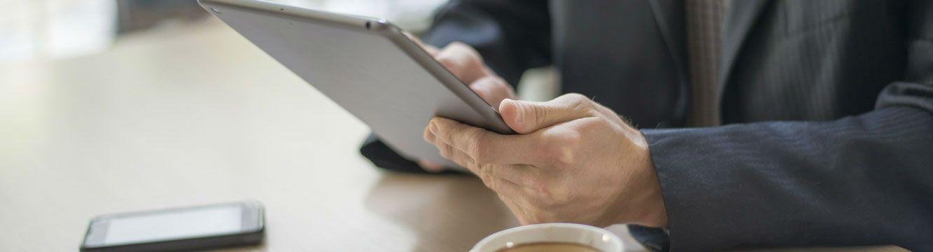 Un employeur envoi un e-mail depuis sa tablette