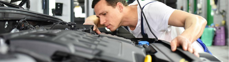 Un mécanicien effectue la maintenance d'un véhicule