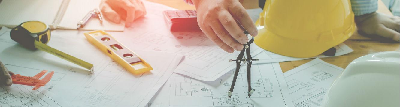 L'ingénieur terrain effectue un plan de chantier