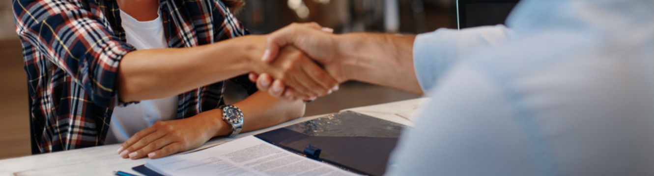Un candidate et un recruteur se rencontrent lors d'un entretien professionnel