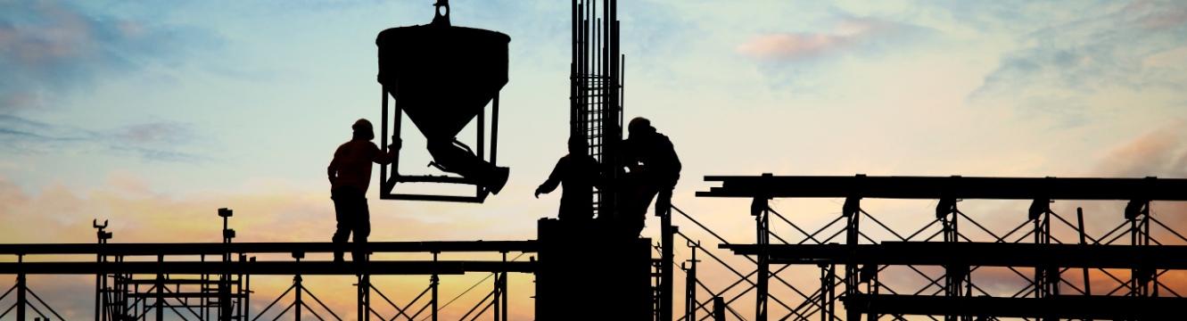 trois employés travaillent sur un chantier pour la construction d'un batiment