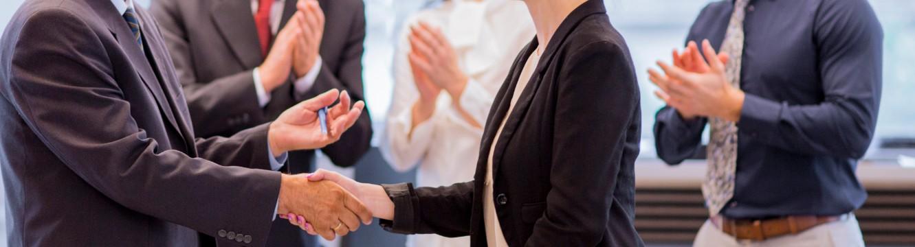 partenariat entre un homme et une femme qui se serrent la main