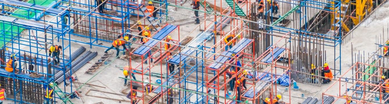 des dizaines de personnes travaillent sur un chantier