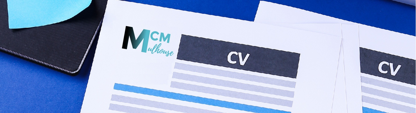 Le CV d'un candidat sur le bureau d'un recruteur